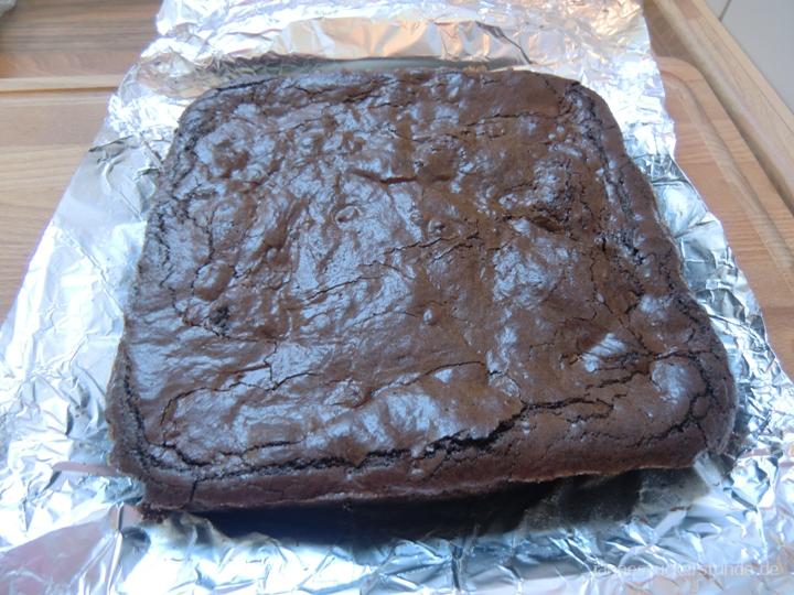 Brownies-auf-Alufolie-schneiden