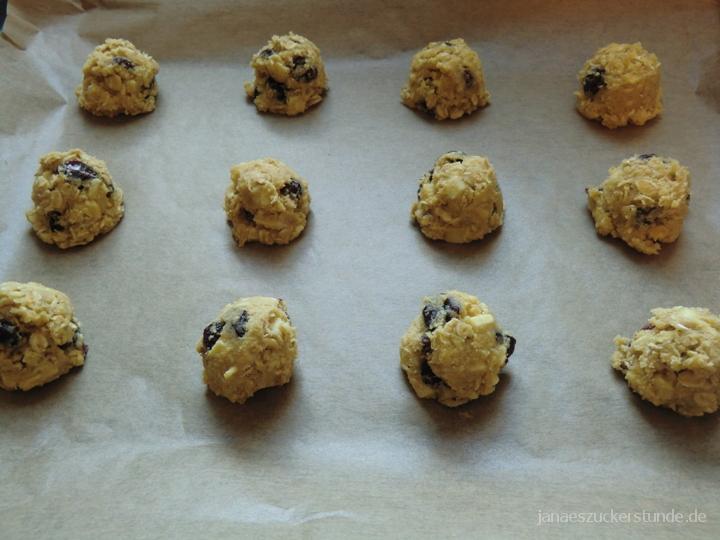 White Chocolate Cranberry Cookies auf einem Backblech