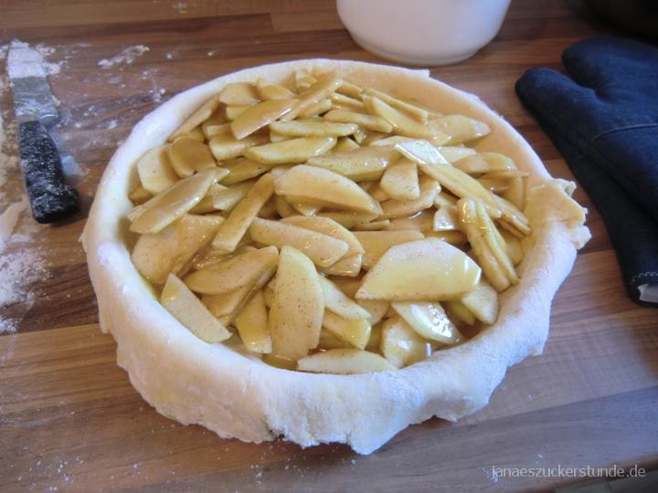 Äpfel Scheiben in Backform vorbereitet