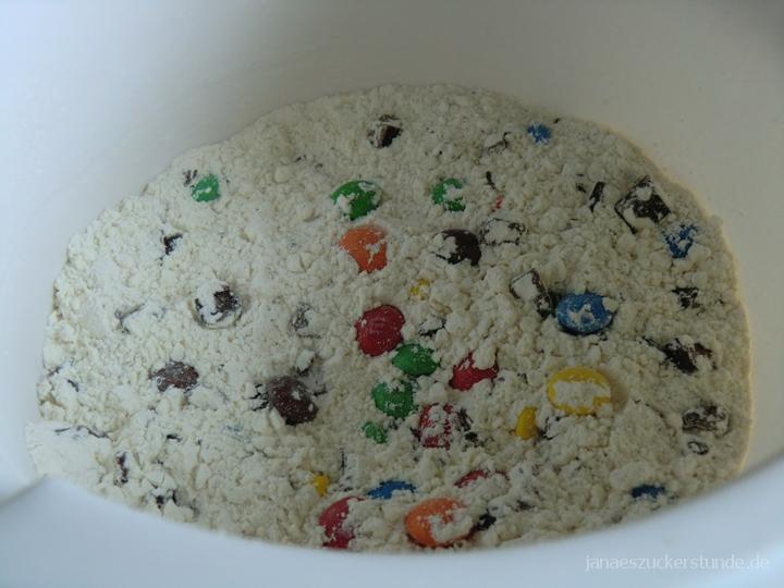 Trockene Zutaten für M&M Cookies