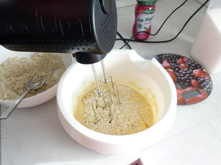 Mehl und Pecankerne Mishung mit Nasse Zutaten Zusammengemischt